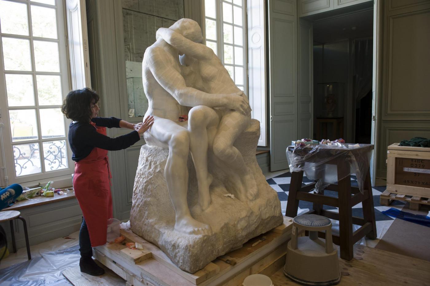 Parigi  I Lavori Di Restauro De  U0026quot Il Bacio U0026quot  Di Rodin  Foto