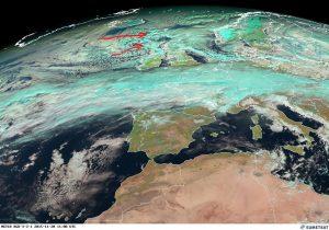 Le frecce rossa indicano i temporali di grandine e di neve che si stanno sviluppando davanti le coste della Scozia