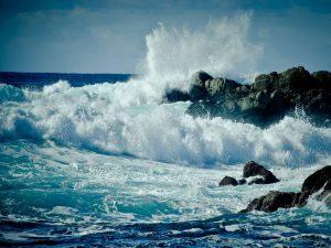 onde che si infrangono sugli scogli