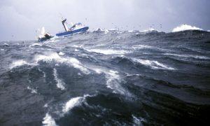 Una nave affronta le acque in tempesta del mare di Bering