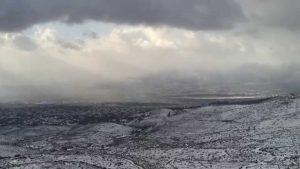 Rovesci di neve sulle colline di Atene
