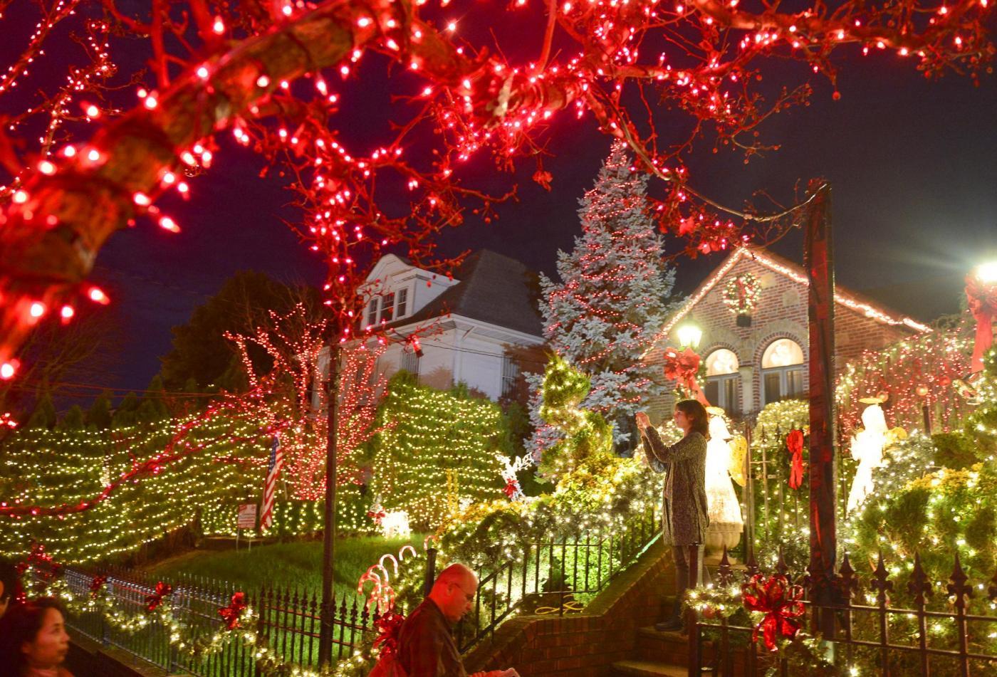 Natale nel mondo spettacolo di luci e colori a brooklyn - Colori per natale ...