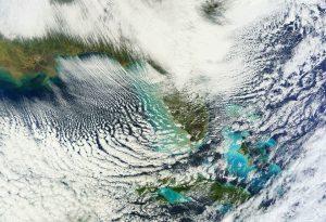 Le bande nuvolose cumuliformi prodotte dall'aria fredda che scorre sopra le calde acque del Golfo del Messico (credit NASA)