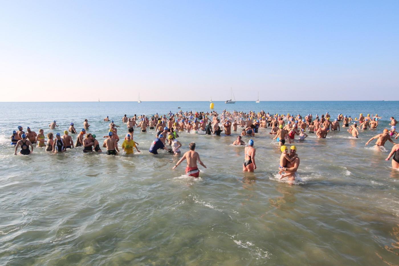 Capodanno a viareggio 300 si tuffano in mare per salutare l 39 anno nuovo foto - Bagno sole viareggio ...