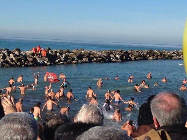 Tuffo di befana a marina di pisa tutti a fare il bagno in mare - Bagno mistral marina di pisa ...