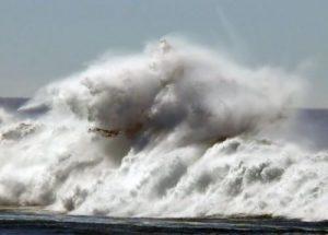 Le onde durante una mareggiata lungo le coste della Crimea