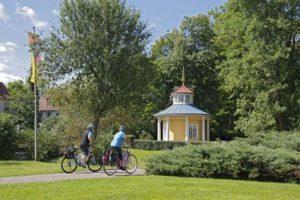 Schellenhäuschen mit Radfahrern im Schlosspark©Stadt_Bad_Mergentheim_r