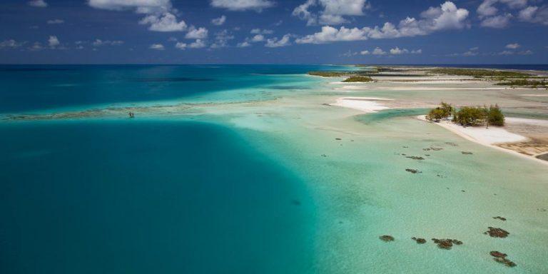 Spiaggia e mare di Tikehau,  atollo appartenente all'arcipelago delle Isole Tuamotu