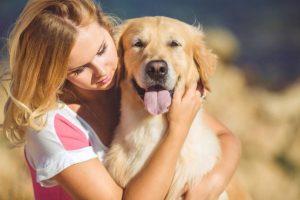 cane abbracciare