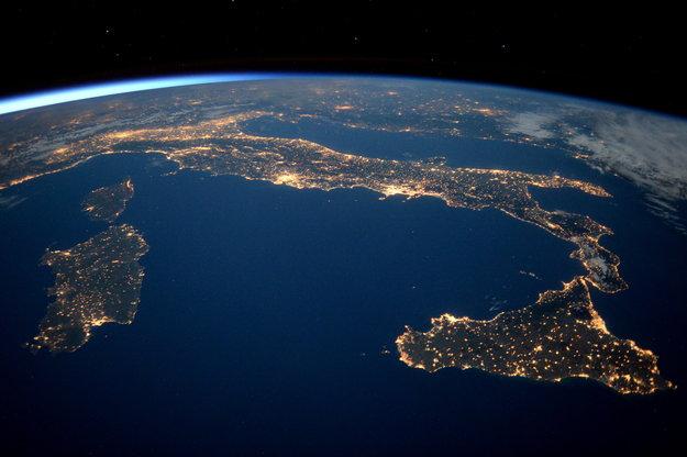 Il fascino dell 39 italia di notte ecco come appare dallo for Foto spazio hd