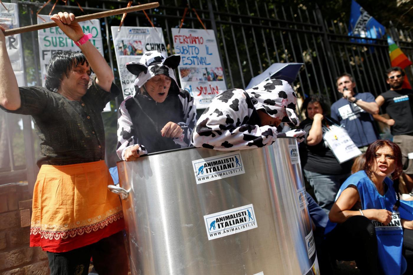 Roma: proteste contro il Festival della carne di cane di ... - photo#33