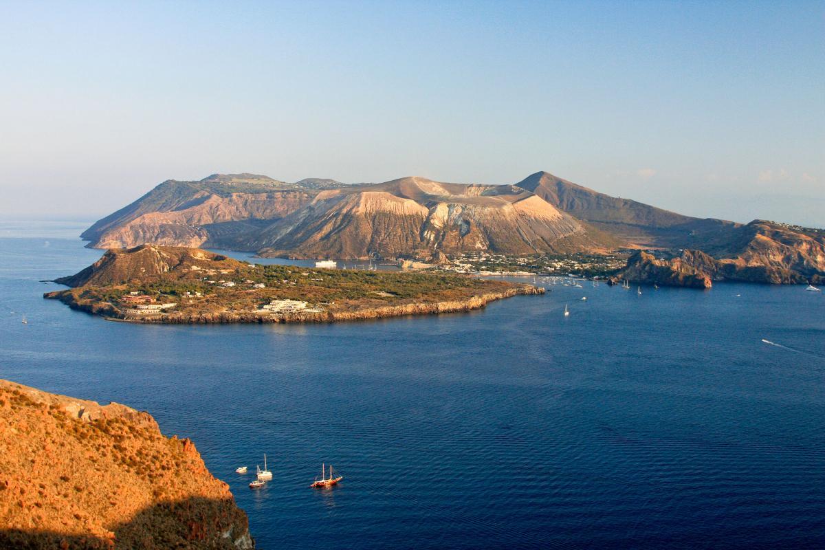 Vulcani: distrutto il pilastrino geodetico di Monte Falcone a Lipari