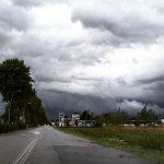 Maltempo e freddo, al Nord è di nuovo autunno: bombe d'acqua e temporali in atto [FOTO LIVE]