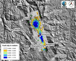 Modello preliminare di distribuzione dello spostamento sulla faglia dai dati ALOS2, Sentinel 1 e GPS in continuo. In rosso l'epicentro del'evento principale, i punti neri sono le repliche rilocalizzate in modo preliminare con la procedura NonLinLoc