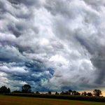 Maltempo, ciclone sull'Italia: centro/nord flagellato con diluvi, grandine e tornado. Freddo come in pieno autunno [FOTO LIVE]