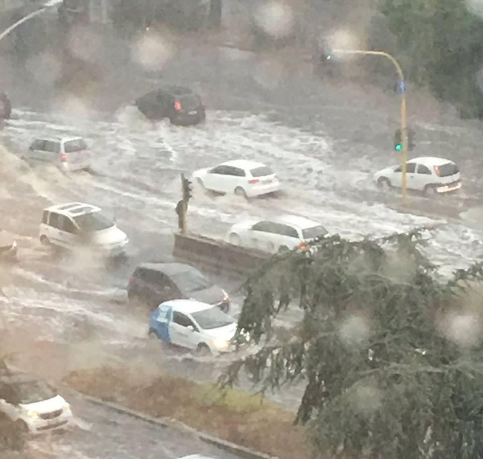 Maltempo, forte temporale a Roma: numerose strade allagate