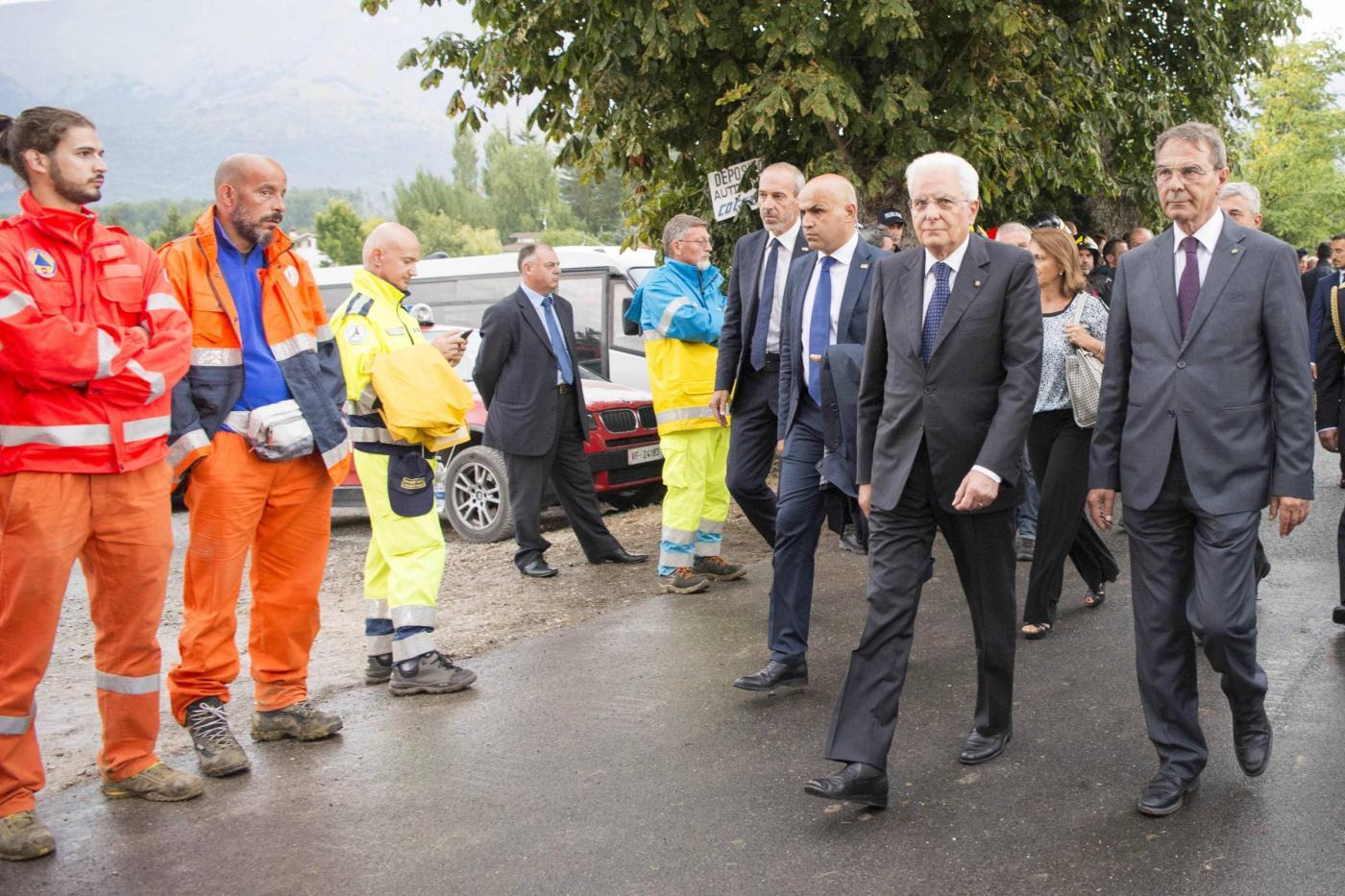 """Terremoto, Mattarella: """"non temete, non vi abbandoniamo, siamo con voi"""""""