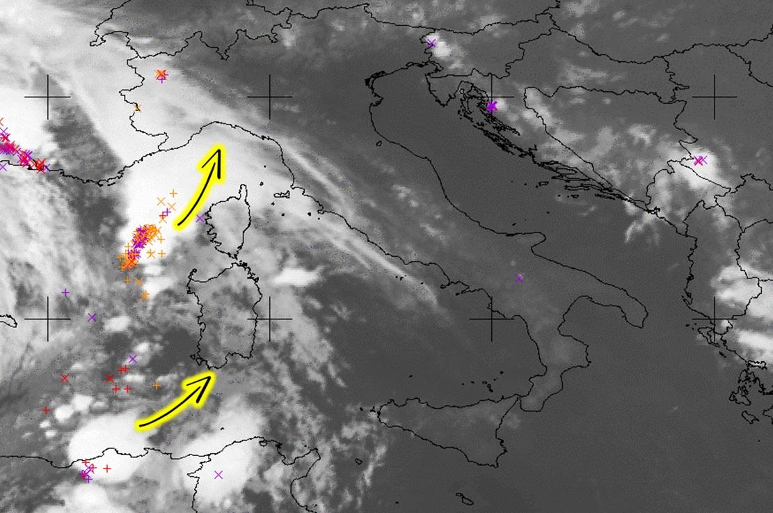 """Allerta Meteo, arriva la squall-line: primi nubifragi in Piemonte, """"mostro"""" temporalesco verso la Liguria. Inizia una lunga notte di paura [LIVE]"""