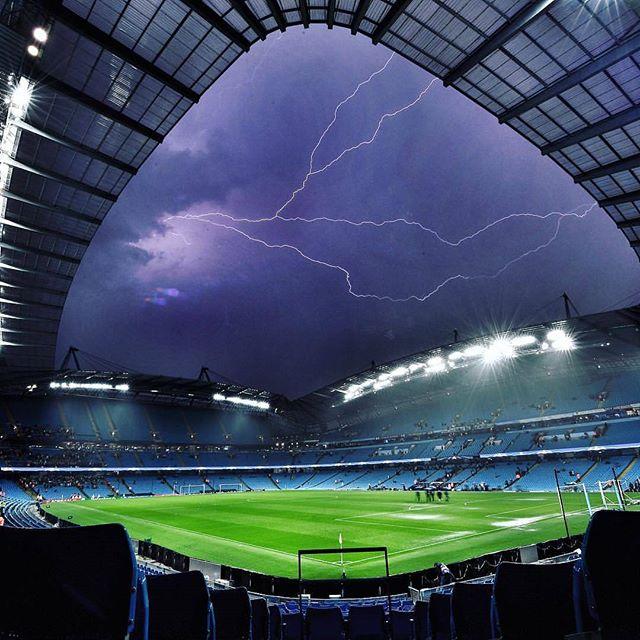 Maltempo, Manchester City-Borussia Moenchengladbach di Champions League rinviata per la forte pioggia, le FOTO dall'Etihad Stadium