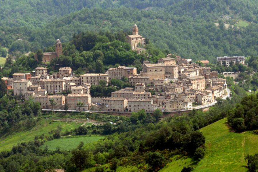 Terremoto, grande paura nella bellissima Montefortino: case semi-abbandonate, si dorme in macchina o nelle tende