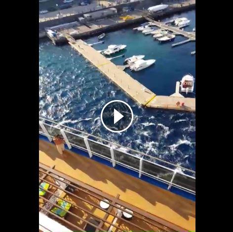 Nave da crociera sbaglia manovra e crea un mini tsunami: ecco il VIDEO di un passeggero della Carnival Vista