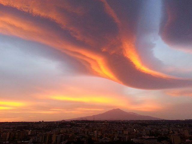 Spettacolare tramonto a Catania: rarissime nubi lenticolari avvolgono la città etnea, scenario surreale alle pendici dell'Etna [GALLERY]