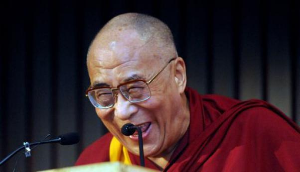 Infezione polmonare per il Dalai Lama: sta migliorando, potrebbe essere dimesso domani