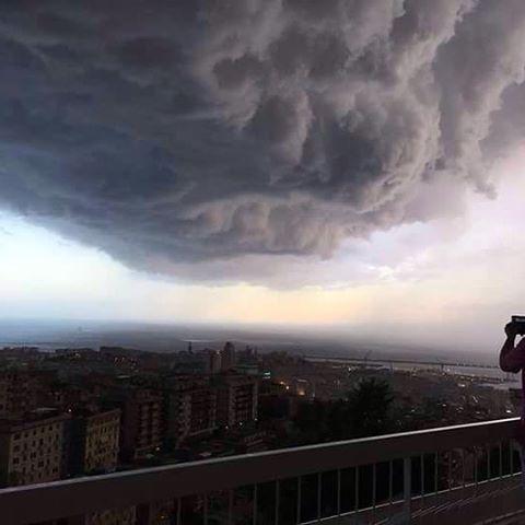 """Maltempo Genova, appartamenti evacuati per un tubo scoppiato: """"ma perdeva da mesi"""""""