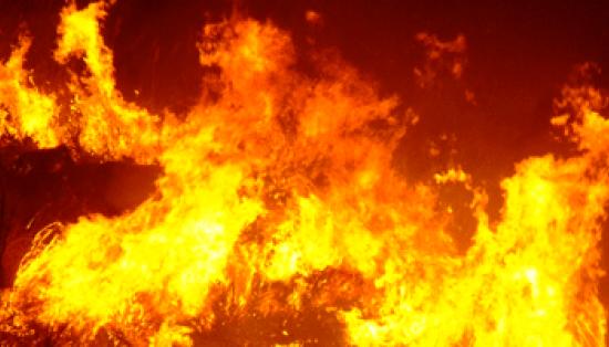 Rogo in un magazzino. Tre auto distrutte dalle fiamme