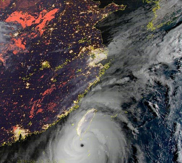 Il super tifone Meranti si abbatte su Taiwan con venti a 300km/h, occhio del ciclone sulle isole Batanes: immagini straordinarie [LIVE]