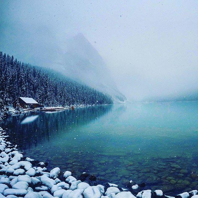 """Altro che """"equinozio d'autunno"""": prima nevicata eccezionalmente precoce imbianca il lago Louise di Banff [GALLERY]"""