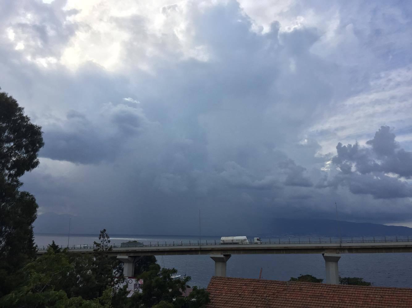 Allerta Meteo: forte temporale sullo Stretto di Messina, attenzione a Reggio Calabria [LIVE]