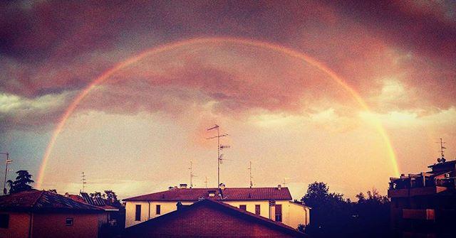 Reggio Emilia da sogno al tramonto: il temporale, l'arcobaleno doppio e quel cielo tinto di rosso… [GALLERY]