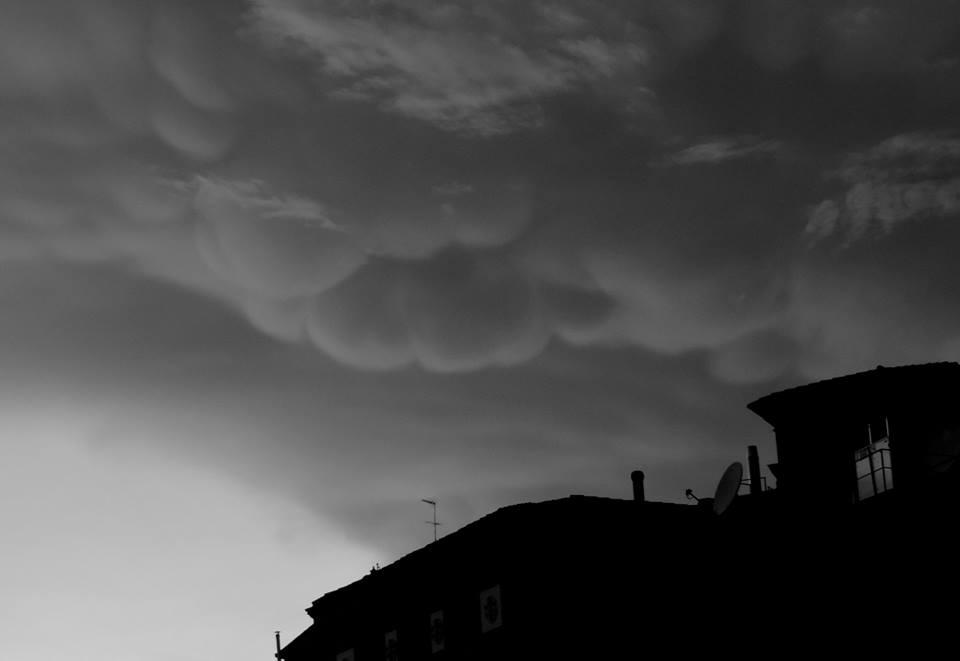 """Allerta Meteo Roma, cielo spaventoso sulla Capitale: nubi """"Mammatus"""" annunciano l'arrivo del forte temporale serale [GALLERY]"""