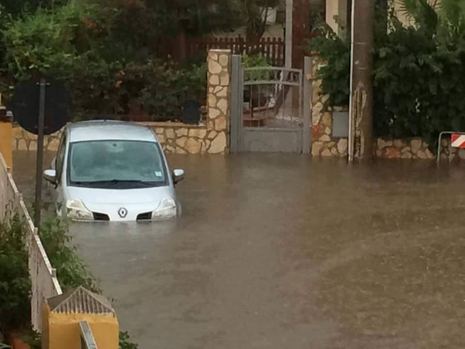 Maltempo in Sicilia, situazione drammatica a Siracusa: Villaggio Miano sommerso da acqua e fango [FOTO e VIDEO LIVE]