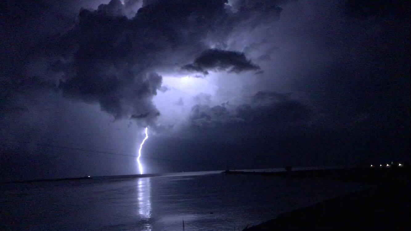 Maltempo, spettacolari fulminazioni nell'alto Adriatico: forte temporale al largo di Chioggia [GALLERY]
