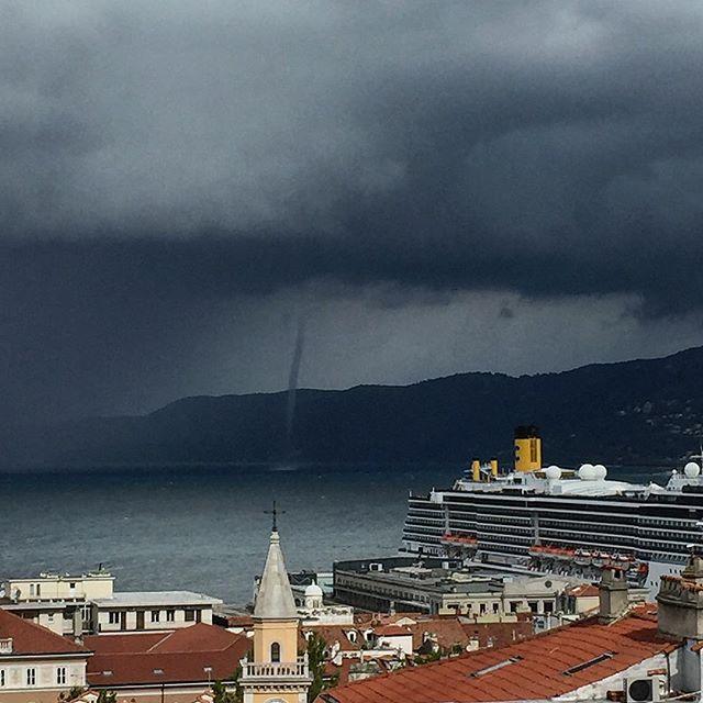 Maltempo a Trieste, spettacolare tromba marina nelle acque del Golfo [FOTO e VIDEO]
