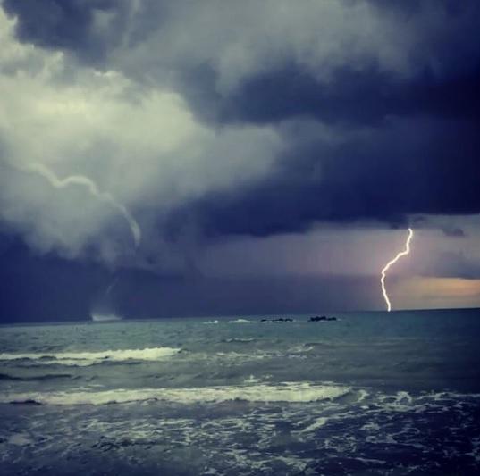 Maltempo, domenica tempestosa sull'Italia: tromba marina a Pescara, nubifragio a Bari, diluvi in Campania: tutte le FOTO LIVE