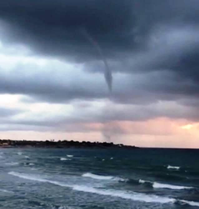 Maltempo anche in Sicilia: spettacolare tromba marina sulla costa siracusana [FOTO]