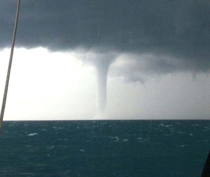 Maltempo Lazio, violentissimo temporale sul litorale di Roma: enorme tornado a Fiumicino [FOTO LIVE]