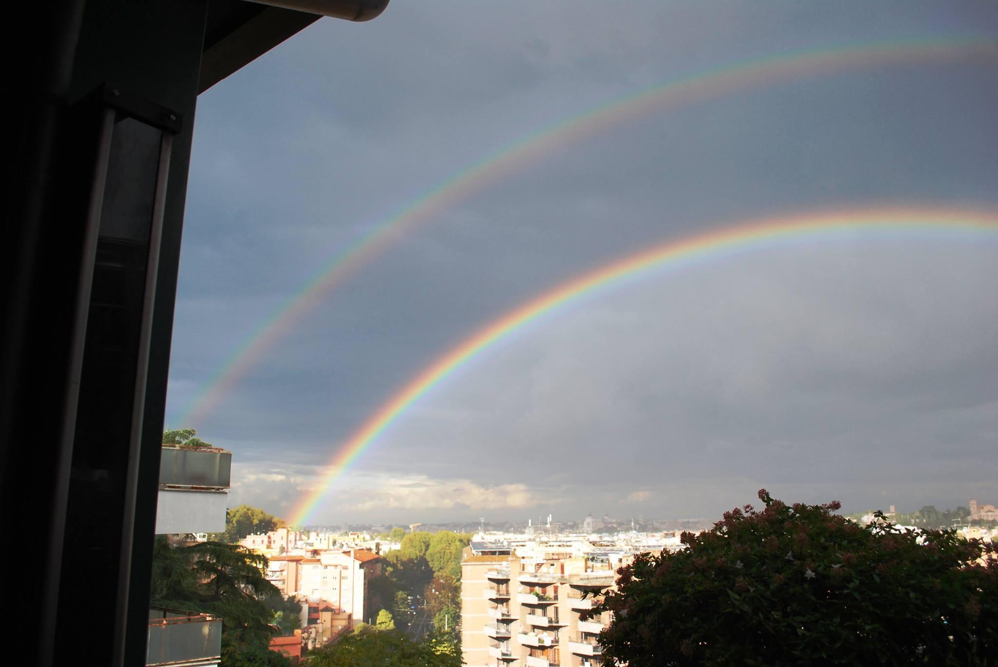 Roma, spettacolare arcobaleno doppio nel pomeriggio sulla Capitale [GALLERY]