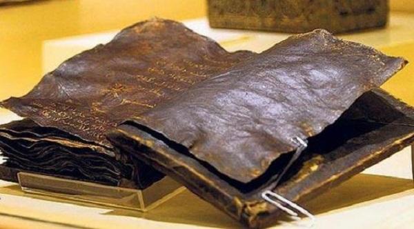 """Il ritrovamento della Bibbia più vecchia del mondo secondo cui """"Gesù non è mai esistito"""": molto più di una bufala"""