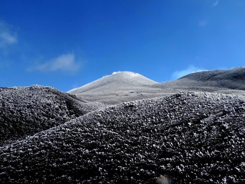 Etna, spettacolo incredibile: la galaverna sul Cratere di Nord-Est [FOTO]