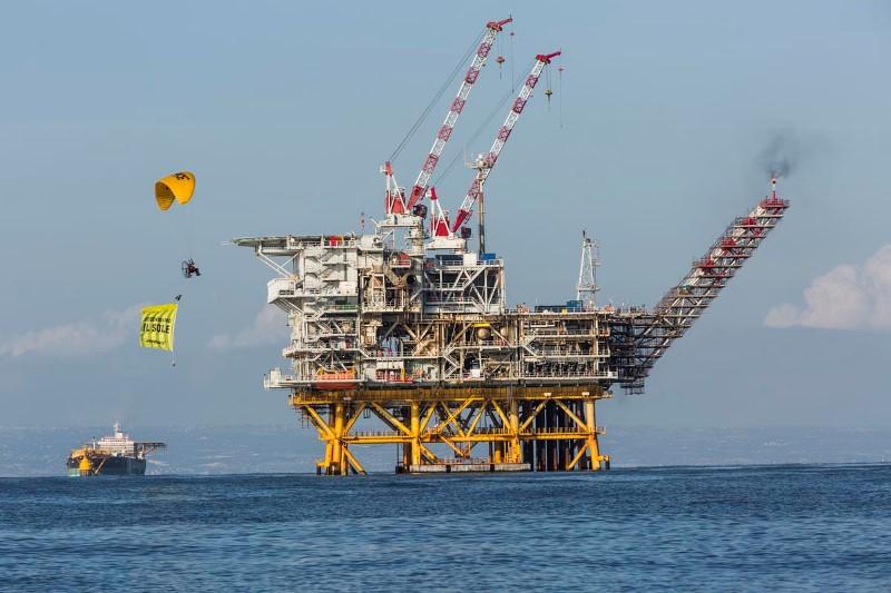 """Greenpeace in azione in Sicilia, """"sit-in"""" sulla piattaforma Vega: """"no nuove trivelle, Italia punti su rinnovabili"""""""
