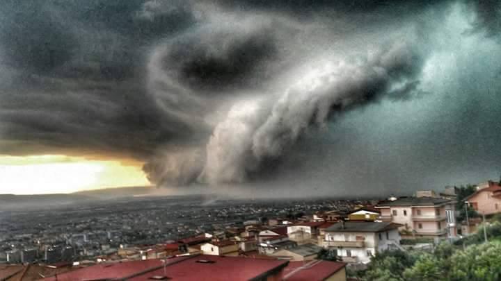 La Shelf Cloud che ieri ha colpito Lamezia Terme per l'arrivo della Squall-Line dal Tirreno - Foto di Paola Paone