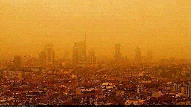 Maltempo, Milano surreale al tramonto: il cielo si tinge di giallo, ecco cosa sta succedendo [GALLERY]