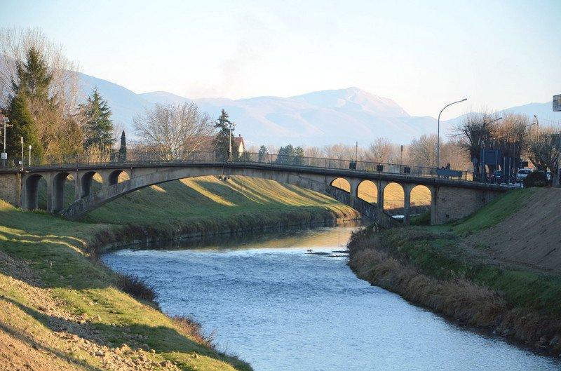 Terremoto lesionato il ponte di cannara sul fiume topino chiuso al traffico meteo web - Il giardino sul fiume ...