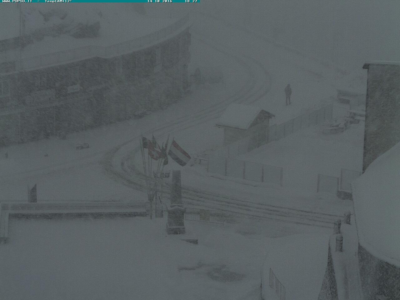 Violentissima bufera di neve in atto sul Passo dello Stelvio: le immagini in diretta streaming [LIVE]