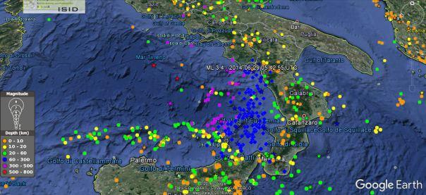 Epicentri dei terremoti del Tirreno e dell'Appennino meridionale dal 1 gennaio 2010 a oggi. L'epicentro dell'evento del 28 ottobre 2016 alle ore 22:02 italiane (magnitudo 5.7) è la stella viola al centro del mar Tirreno. I simboli blu, viola e rossi indicano i terremoti più profondi della regione, mentre quelli gialli e arancio sono i terremoti crostali (profondità inferiori a 20 km)