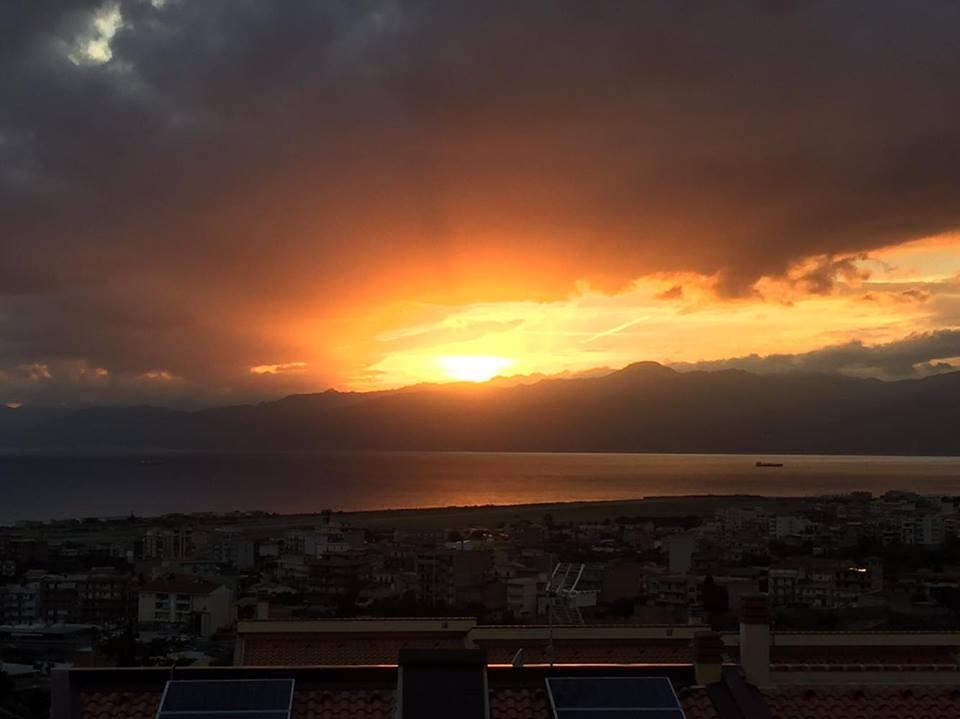 Tramonto mozzafiato sullo Stretto di Messina: ecco le FOTO da Reggio Calabria [GALLERY]